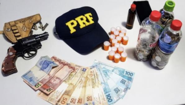 """Caminhoneiro é preso pela PRF com revólver e 180 comprimidos de """"rebite"""""""